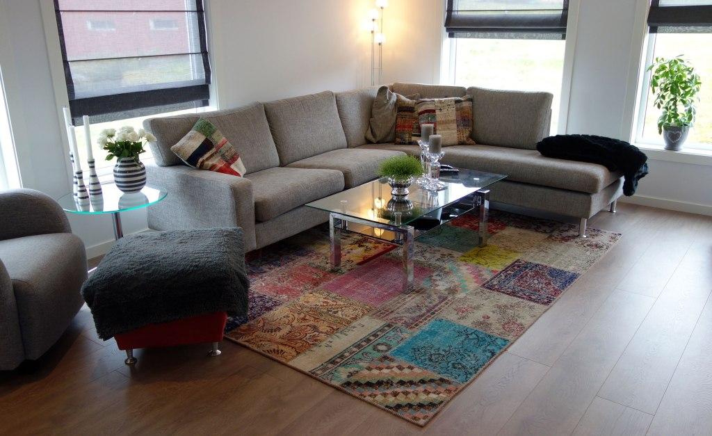 stuen har paret et multicolor patchwork-teppe, samt matchende ...